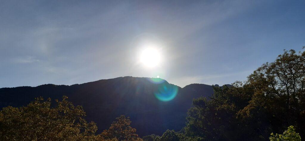 Questa immagine ha l'attributo alt vuoto; il nome del file è sole-di-montagna-1024x473.jpg